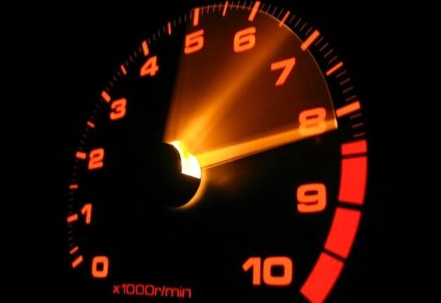 Почему в машинах до сих пор есть тахометр, зачем он нужен?
