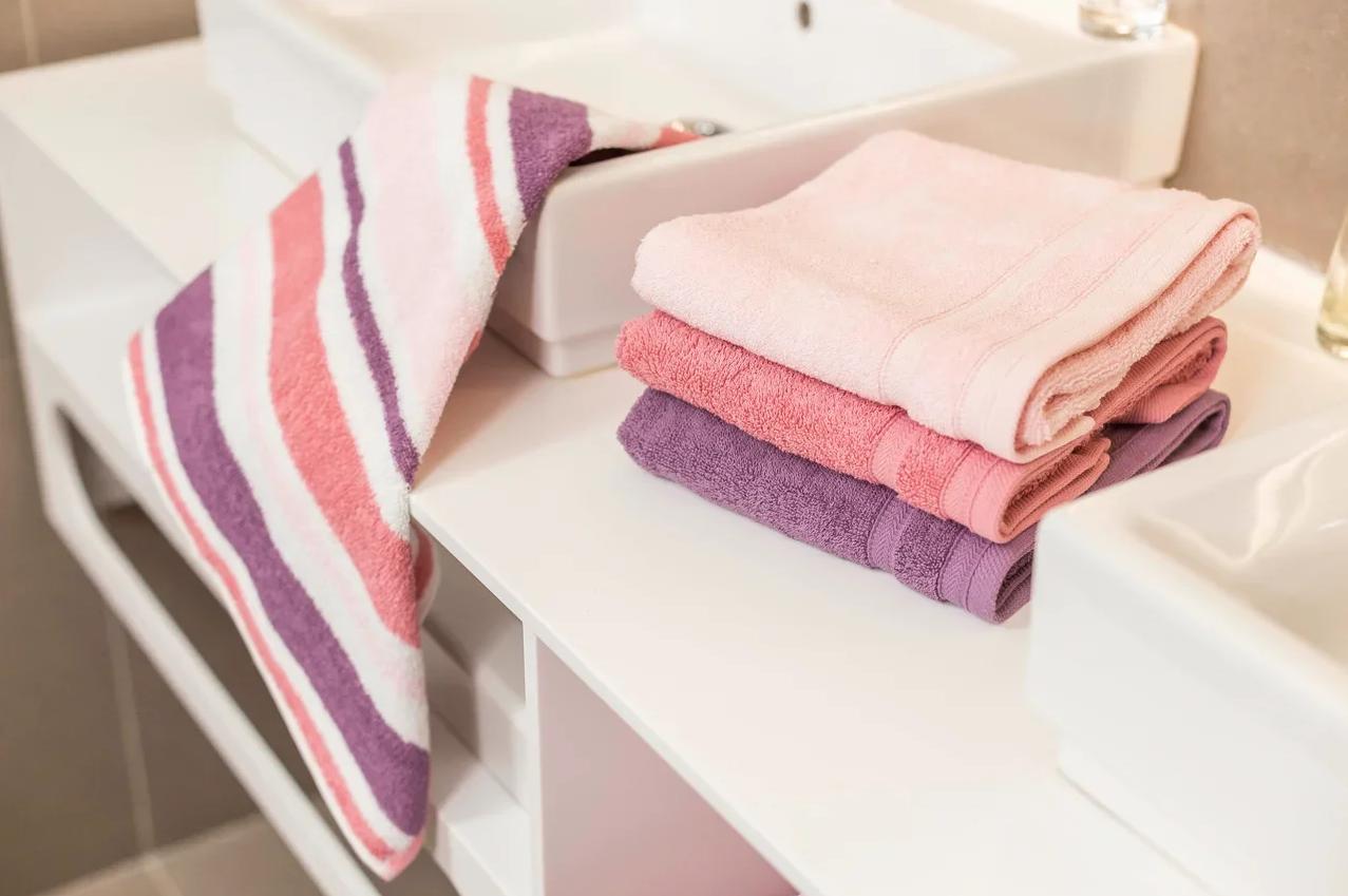 Полотенце: с логотипом и именное, белое листовое для рук и черное подарочное, полотенце-халат и элитные жаккардовые изделия