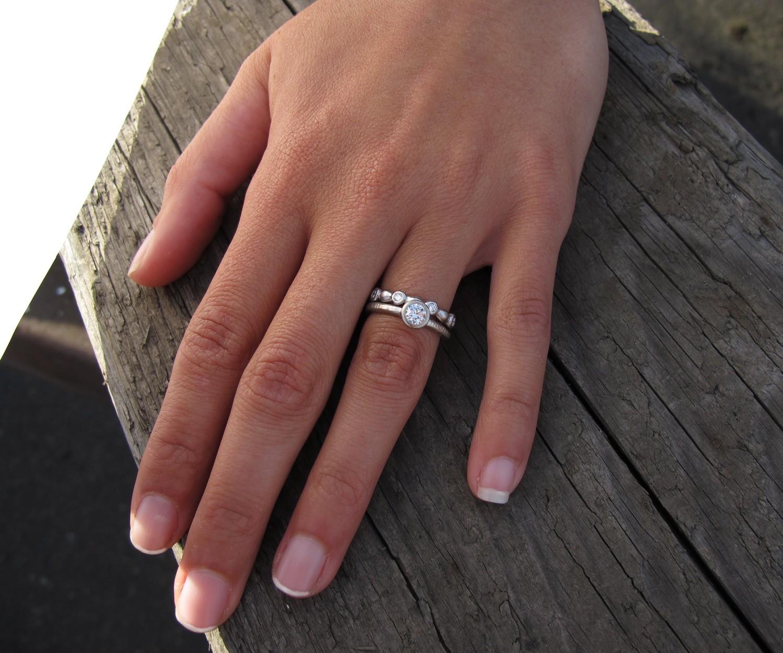 На каком пальце носят помолвочное кольцо женщины