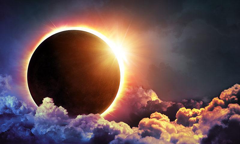 Какие бывают затмения солнца? почему и как они происходят?