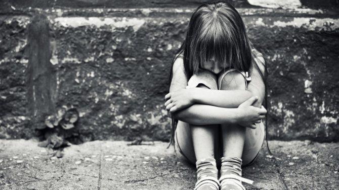 Первые месячные у девочек: признаки и сколько дней они идут