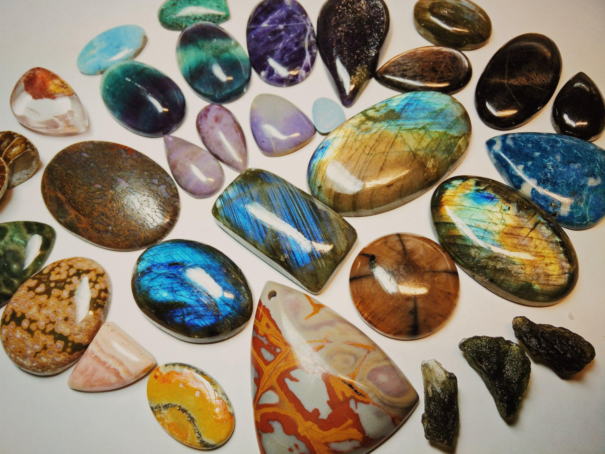 Что такое кабошоны, каких они бывают видов, как их производят из натуральных камней?