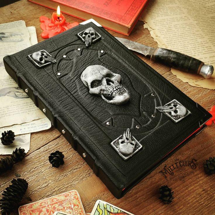 Гримуар - это книга, описывающая магические процедуры и заклинания для вызова духов