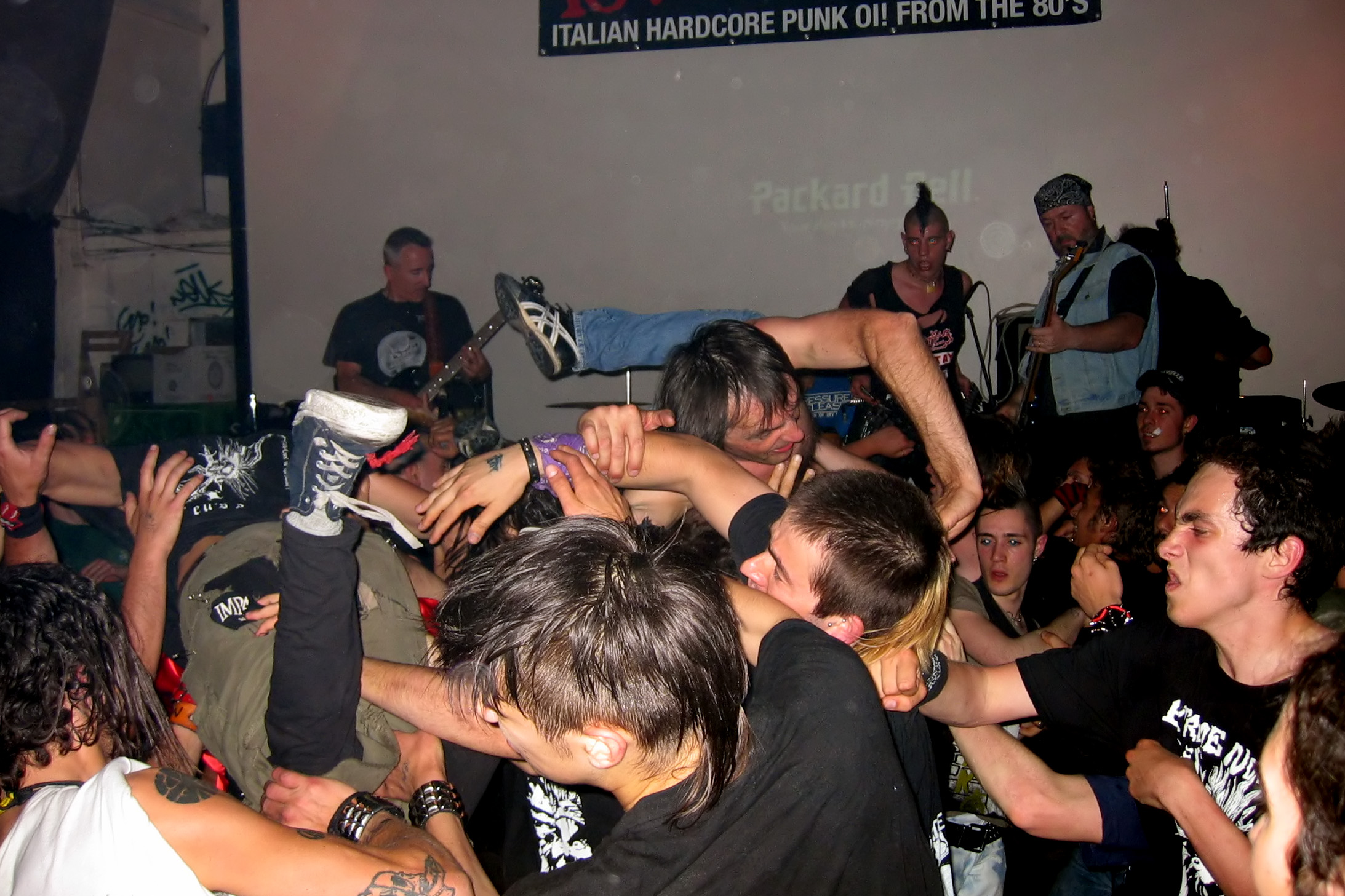 How to mosh in a mosh pit: 14 steps (with pictures) - wikihow