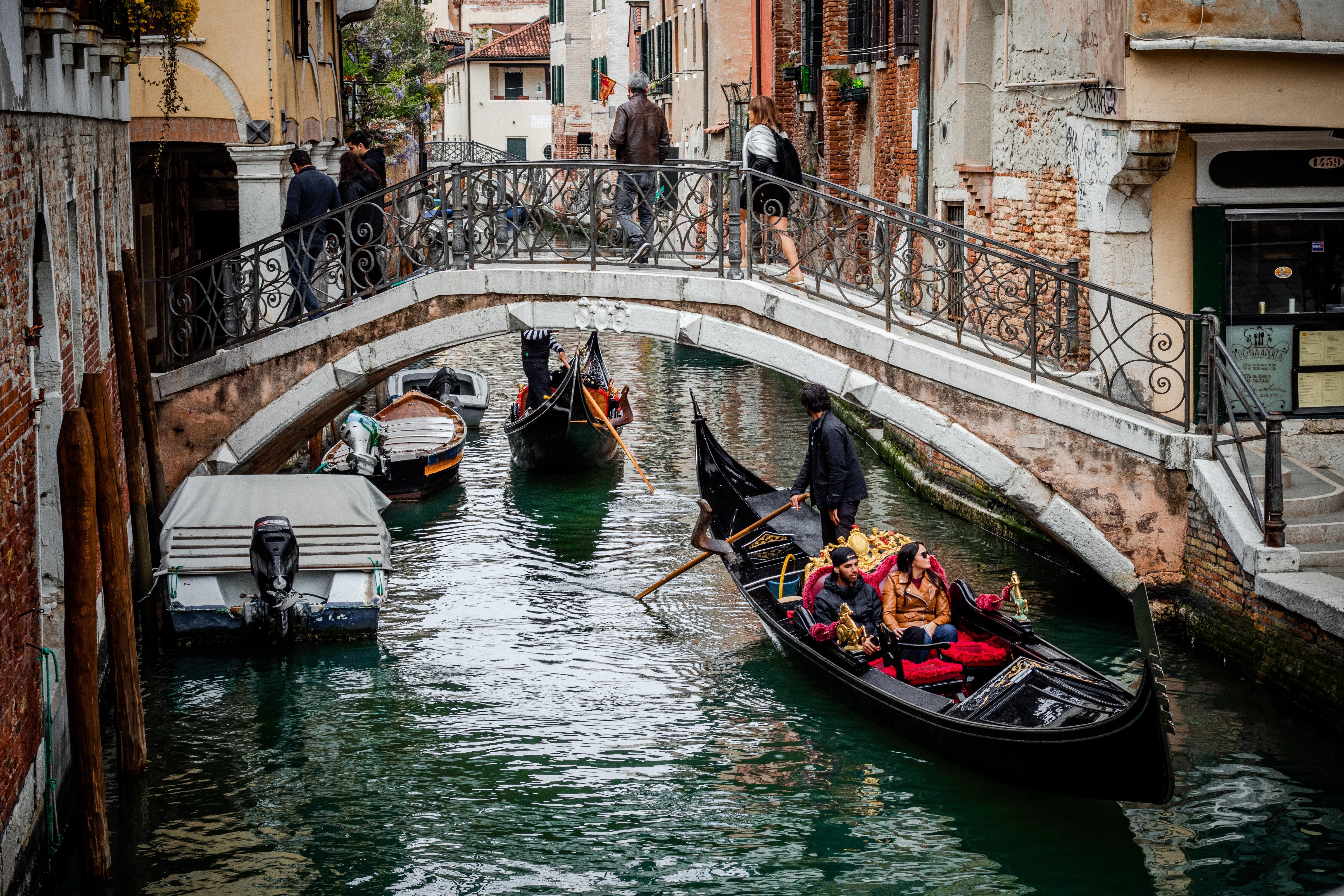 Гондолы и гондольеры в венеции