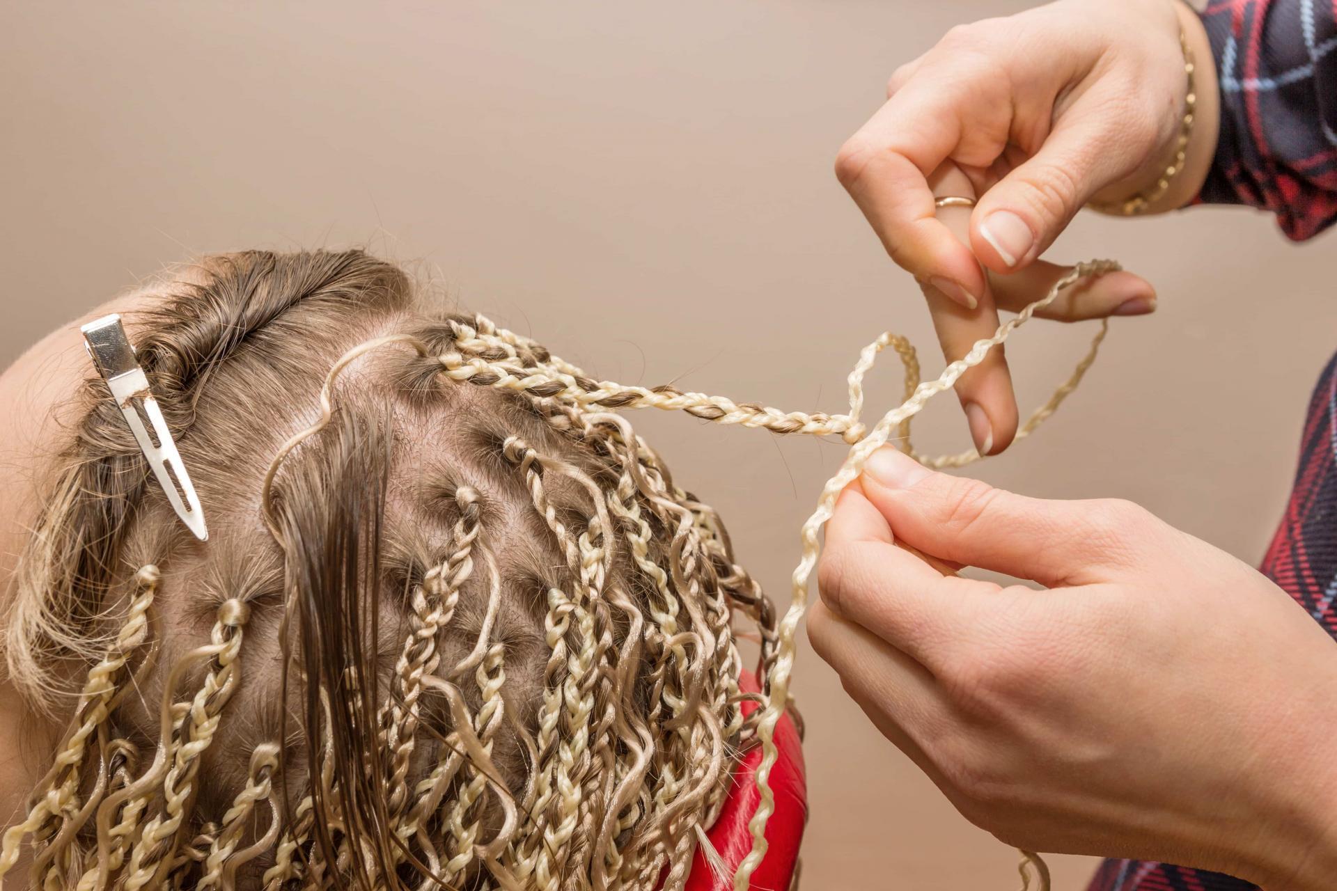 Африканские косички-зизи – сколько надо на голову, отличия от афро кос, прически на длинные, короткие и средние волосы, хвост, пучок, с канекалоном, гофре, омбре, цветные
