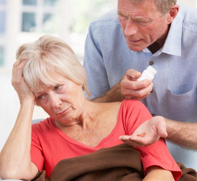 Деменция у пожилых: признаки слабоумия у человека, проявления маразма на легкой, умеренной и развернутой стадиях болезни у мужчин и женщин