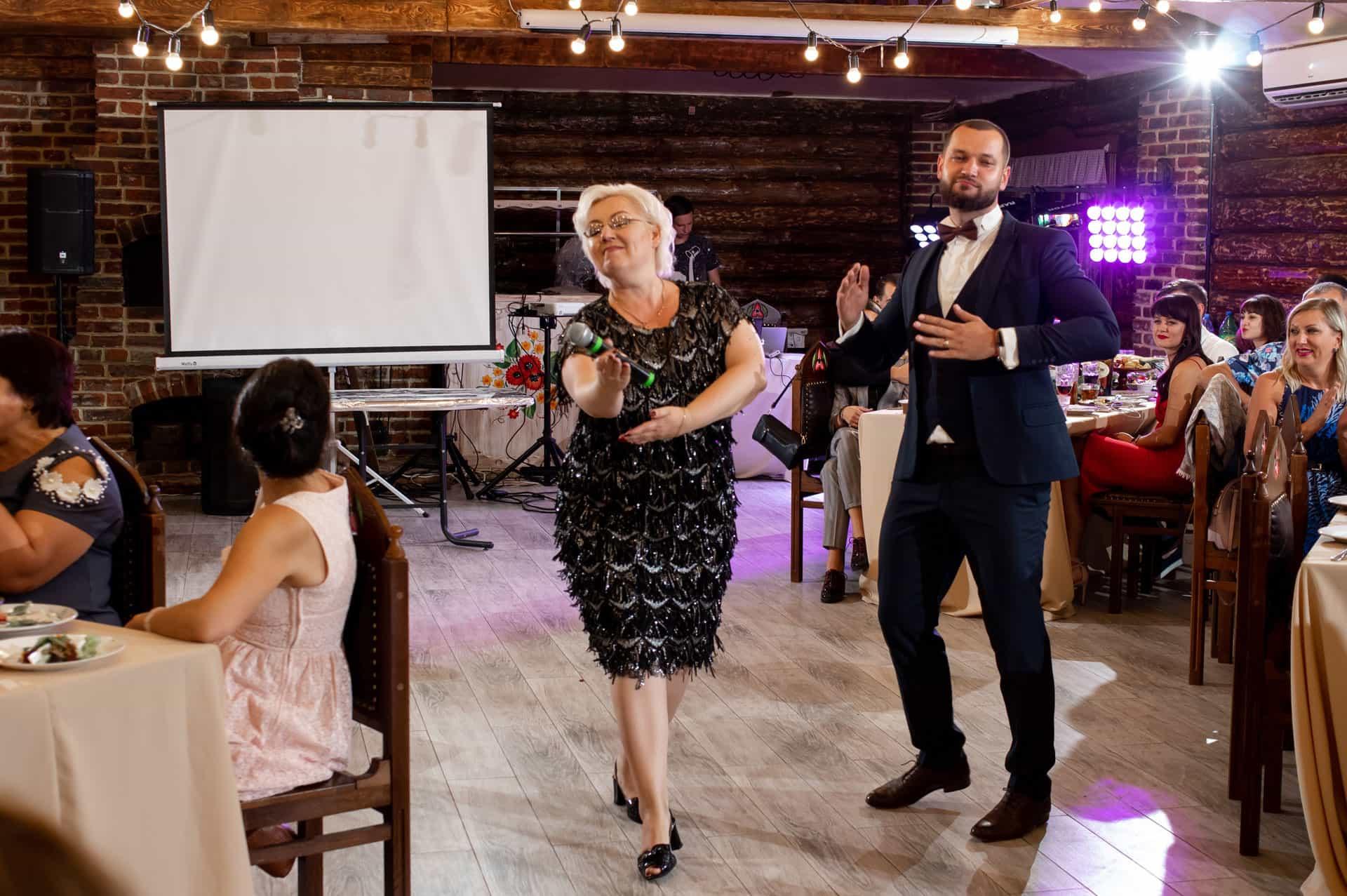 Зачем нужен свадебный ведущий: что делает тамада и почему без него не обойтись