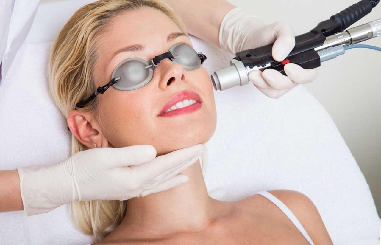 Лазерное омоложение кожи лица, век в косметологии (аблятивная, неодимовая терапия): что это такое, этапы проведения процедуры, плюсы и минусы