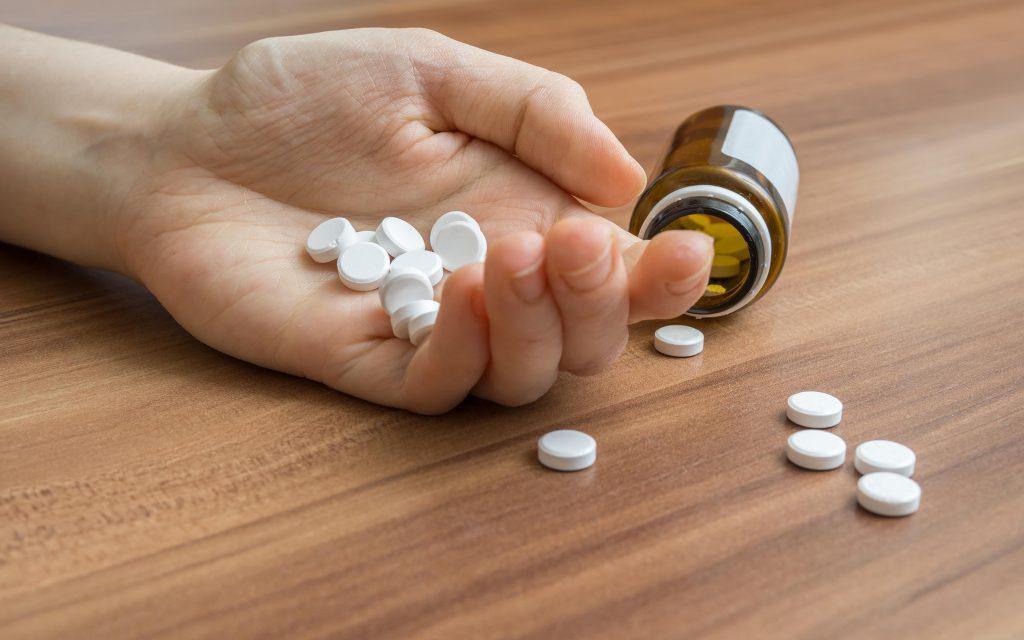 Отравления лекарствами: что делать при передозировке препаратами?