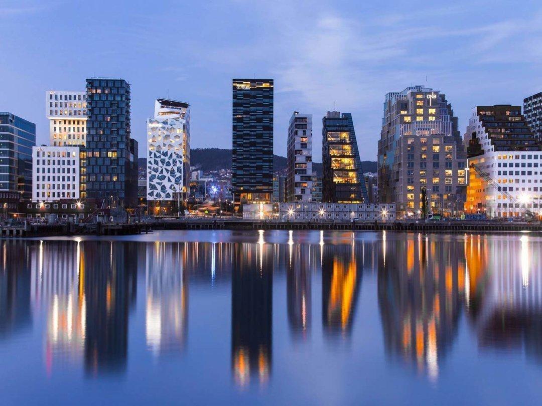 Осло - столица норвегии. здесь свои достопримечательности, такие как парк вигеланда, frognerparken, парк вигеланда, frognerparken, «сердитый малыш», шедевр мунка «крик», набережная акер-брюгге, холменколлен, плуостров бюгдой