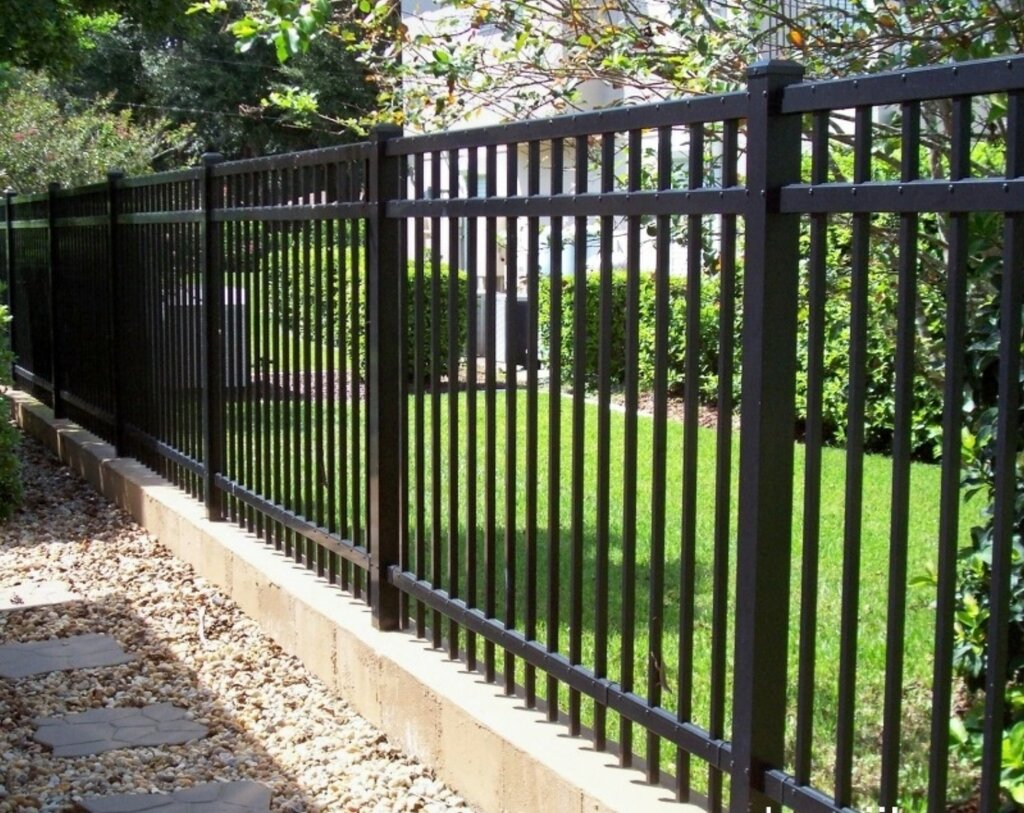 Забор и ограда – в чем отличие, и какие конкретно бывают