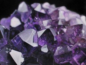 Фианиты: драгоценные ли это камни и какими свойствами они обладают?