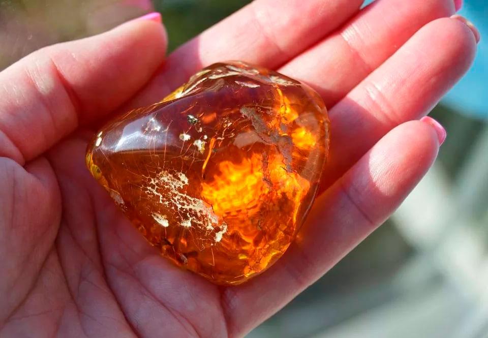 Что такое янтарь, где его находят и для чего используют?
