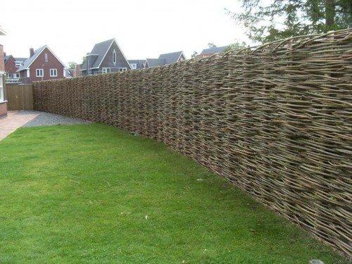 Плетеный забор – преимущества и недостатки