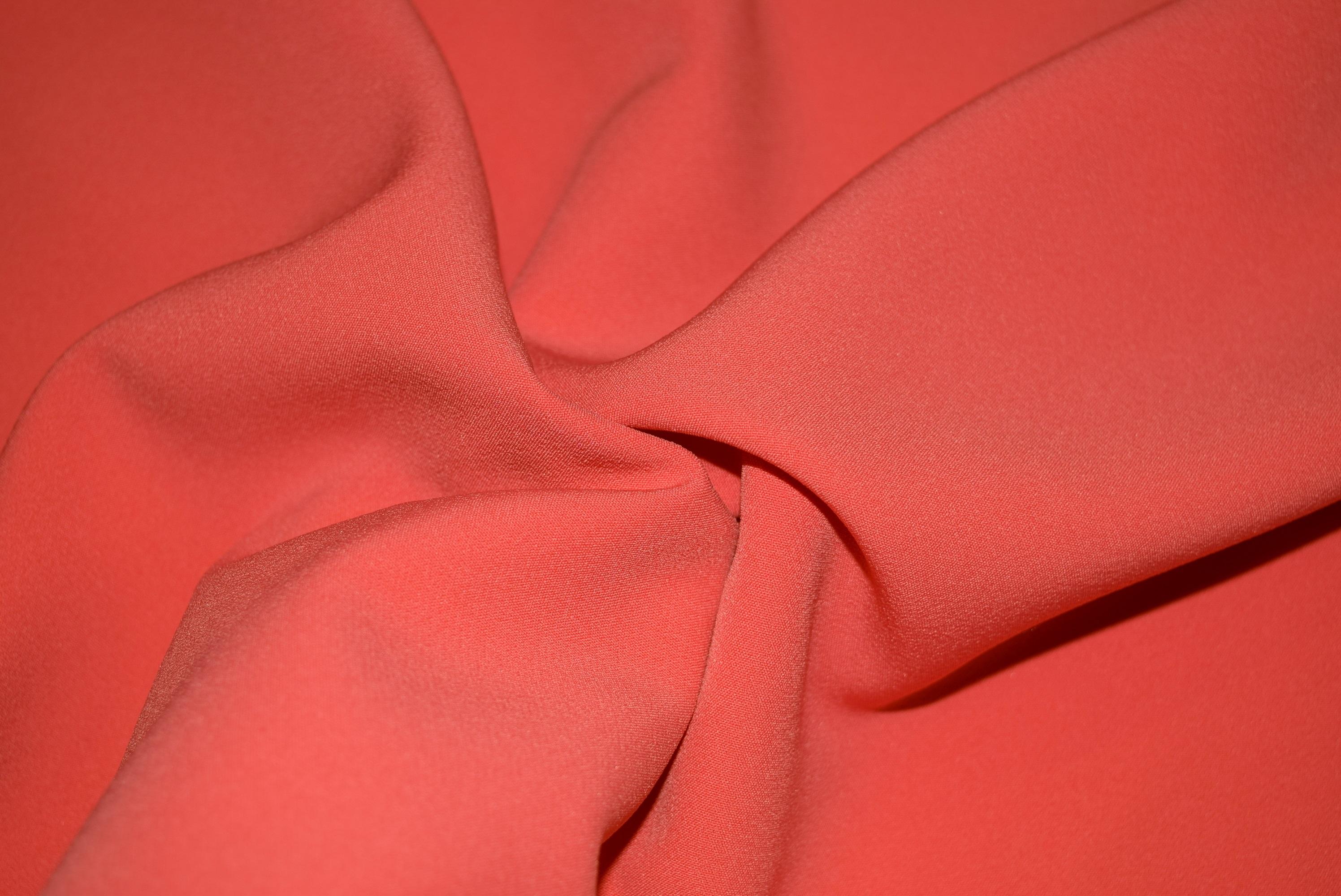 Знакомая модницам ткань креп: достоинства и разновидности