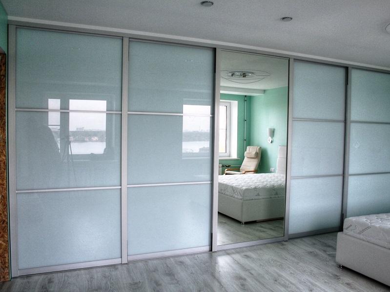Шкаф-купе со стеклом lacobel (53 фото): белый с зеркалом в интерьере, отзывы