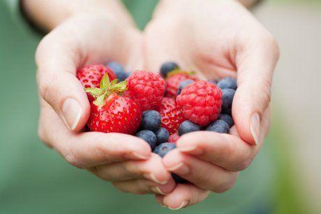 Польза и вред клубники для здоровья: какие витамины есть и какими свойствами обладает садовая клубника для организма человека? химический состав