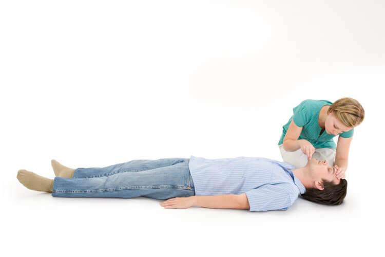 Проведение наружного массажа сердца