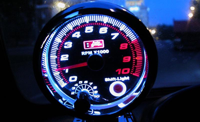 В машине показывает километраж. одометр на авто