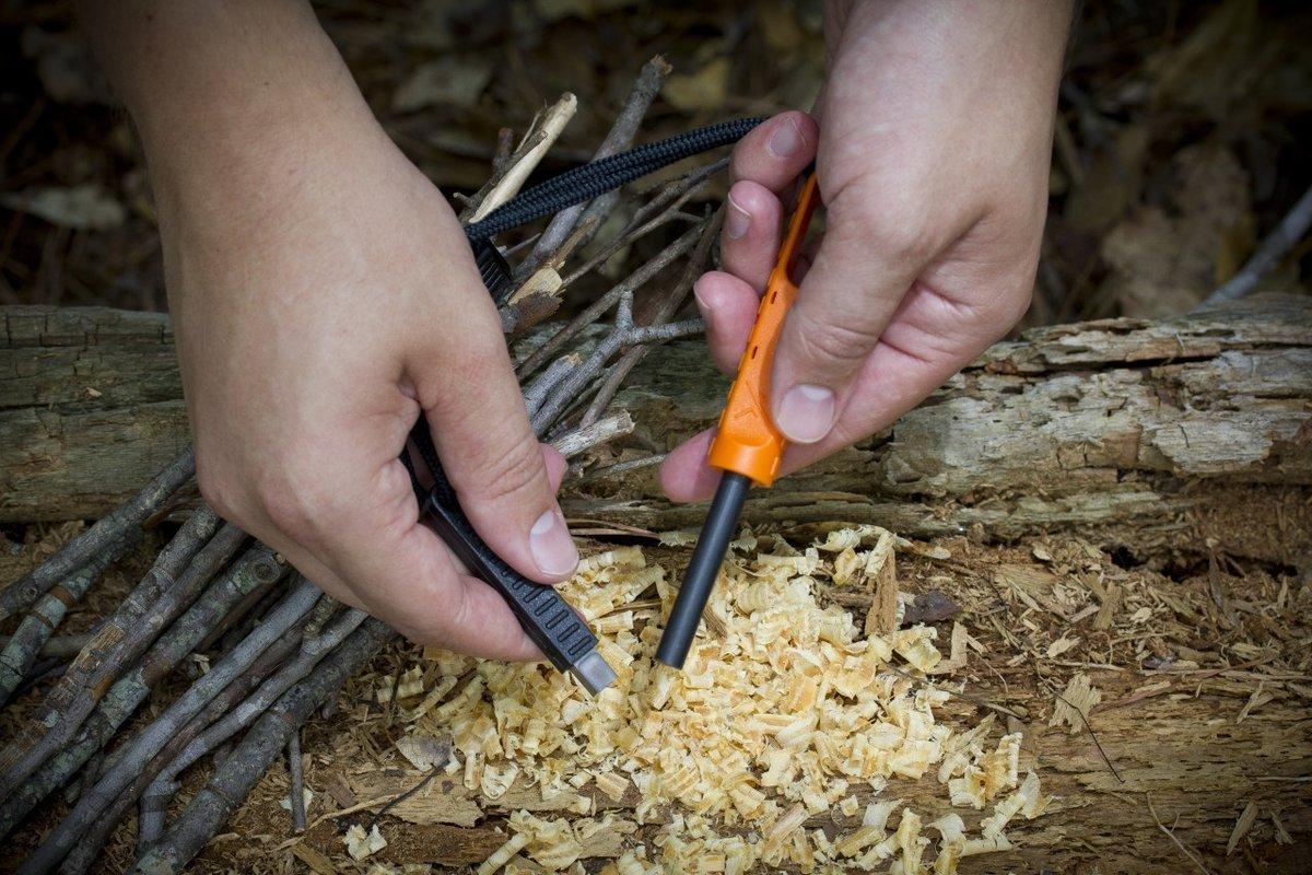 Добывание огня с помощью кремня в сыром лесу