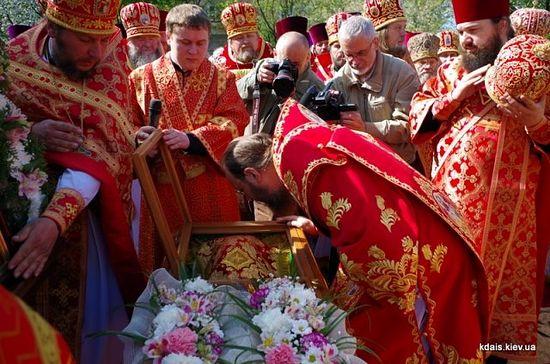 Миро: что это такое, как используется в православной церкви, рукотворное и нерукотворное, чин мироварения и таинство миропомазания, мироточение икон и мощей