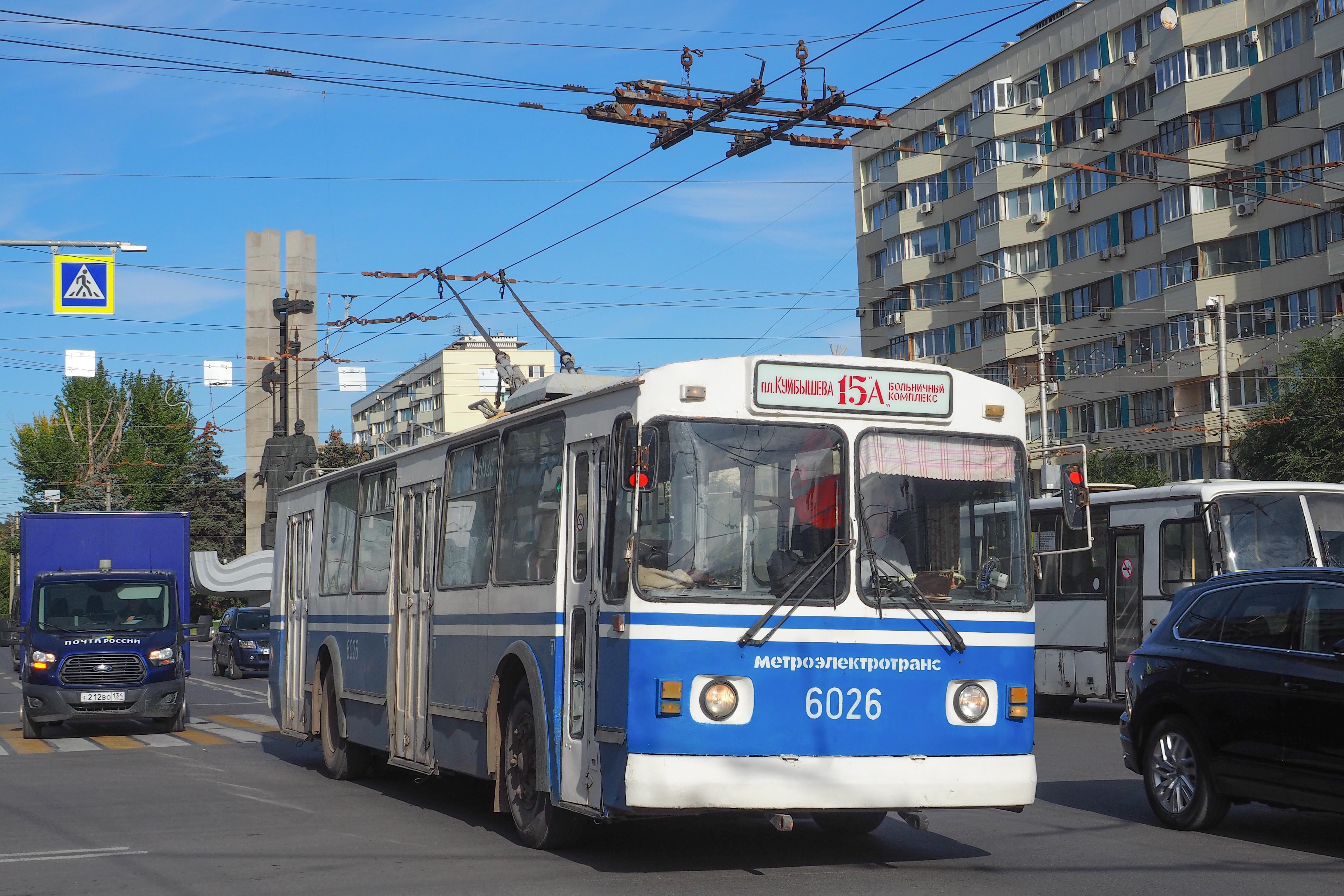 «на дороге всегда нервно»: сколько зарабатывает водитель троллейбуса