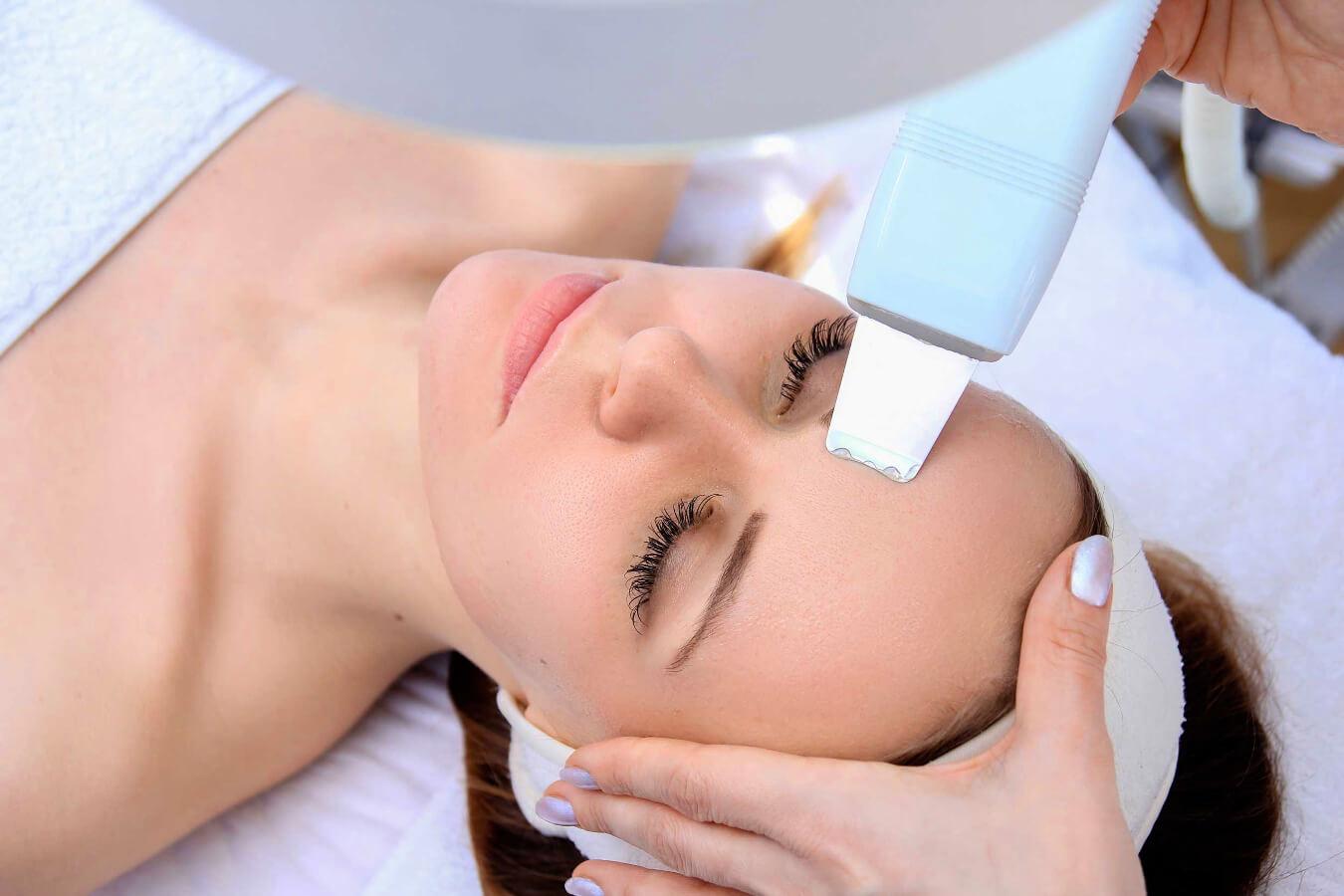 Мануальная чистка лица: что это такое, отзывы, цены, как проходит ручная процедура у косметолога, фото до и после, видео, период заживления, противопоказания, побочные действия, плюсы и минусы