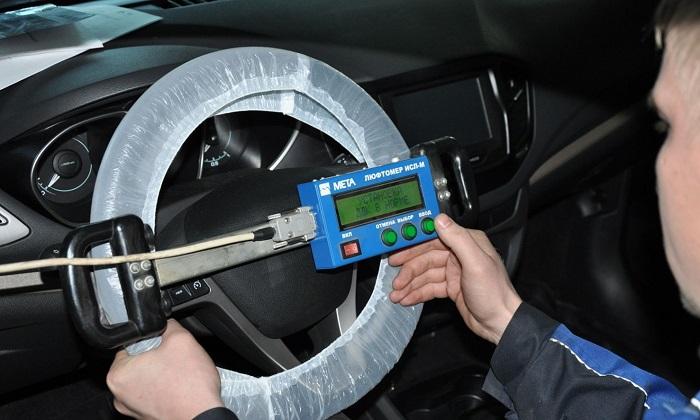 В какой последовательности регулируют свободный ход рулевого колеса?