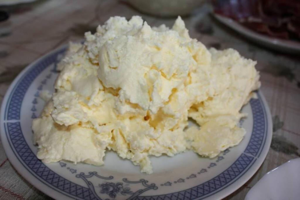 Каймак - что это такое, состав, польза и вред, с чем едят и как готовить дома