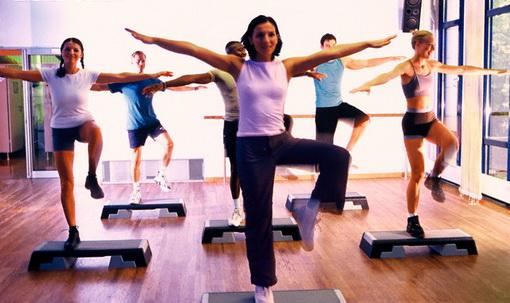 Степ-аэробика: что это такое, противопоказания и польза, пример тренировки и базовые упражнения