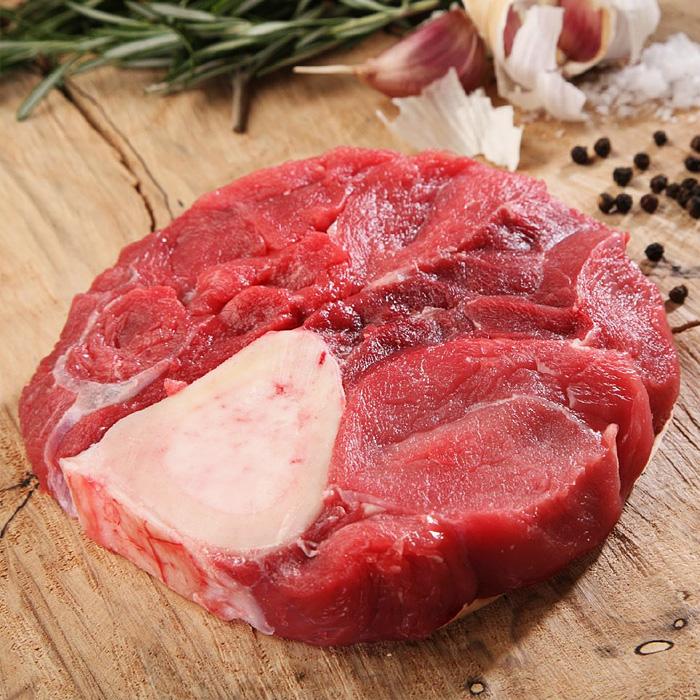 Тушеная говяжья голяшка в красном вине с овощами