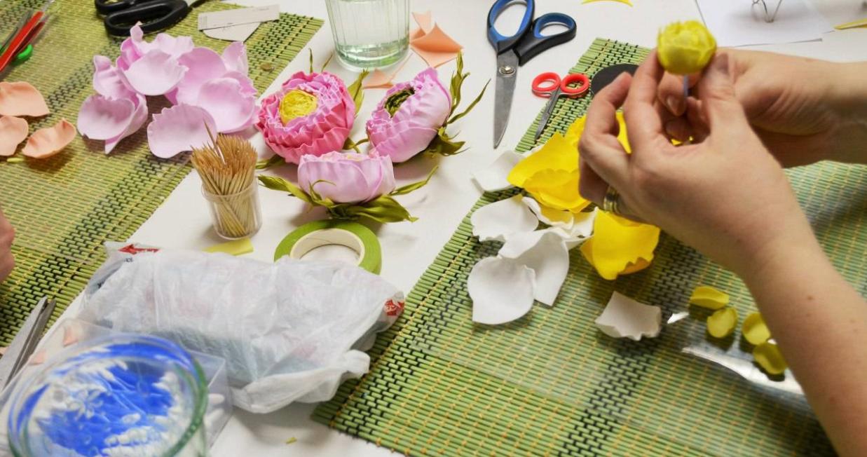Фоамиран - что это за материал, как делать поделки и цветы своими руками для начинающих с видео