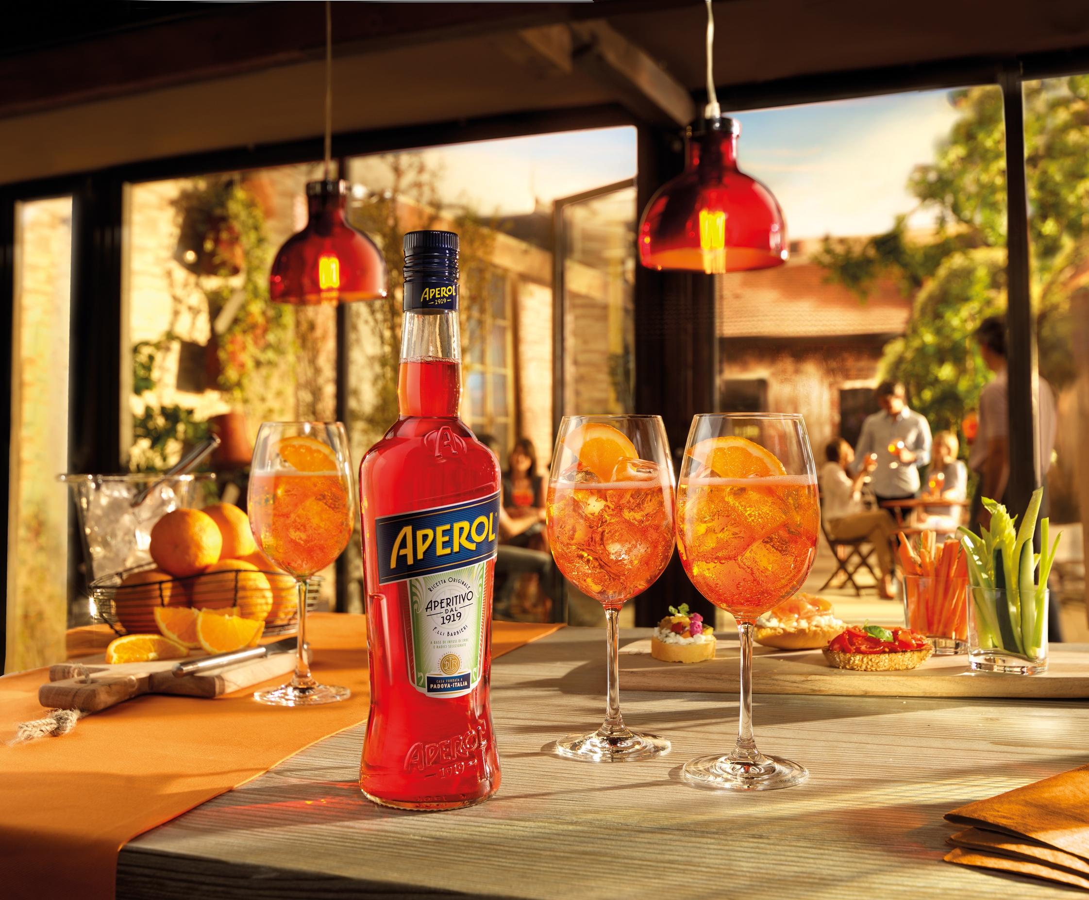 Апероль шприц – итальянский аперитив красно-оранжевого цвета
