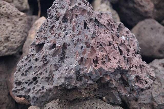 Камень туф: свойства и применение, разновидности (армянский, вулканический, известковый, кремнистый), описание и искусственный минерал