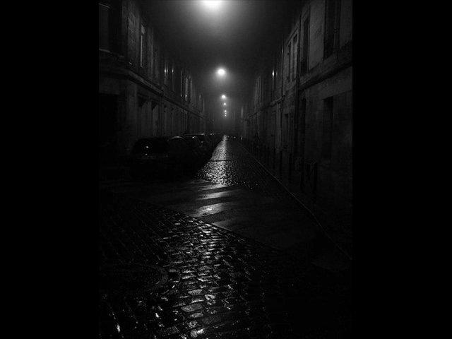 Невысовывай ногу из-под одеяла: почему мыбоимся темноты — нож