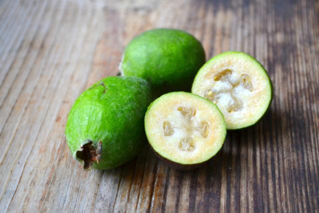 Экзотический фрукт фейхоа: чем полезен, как едят, с кожурой или без, видео