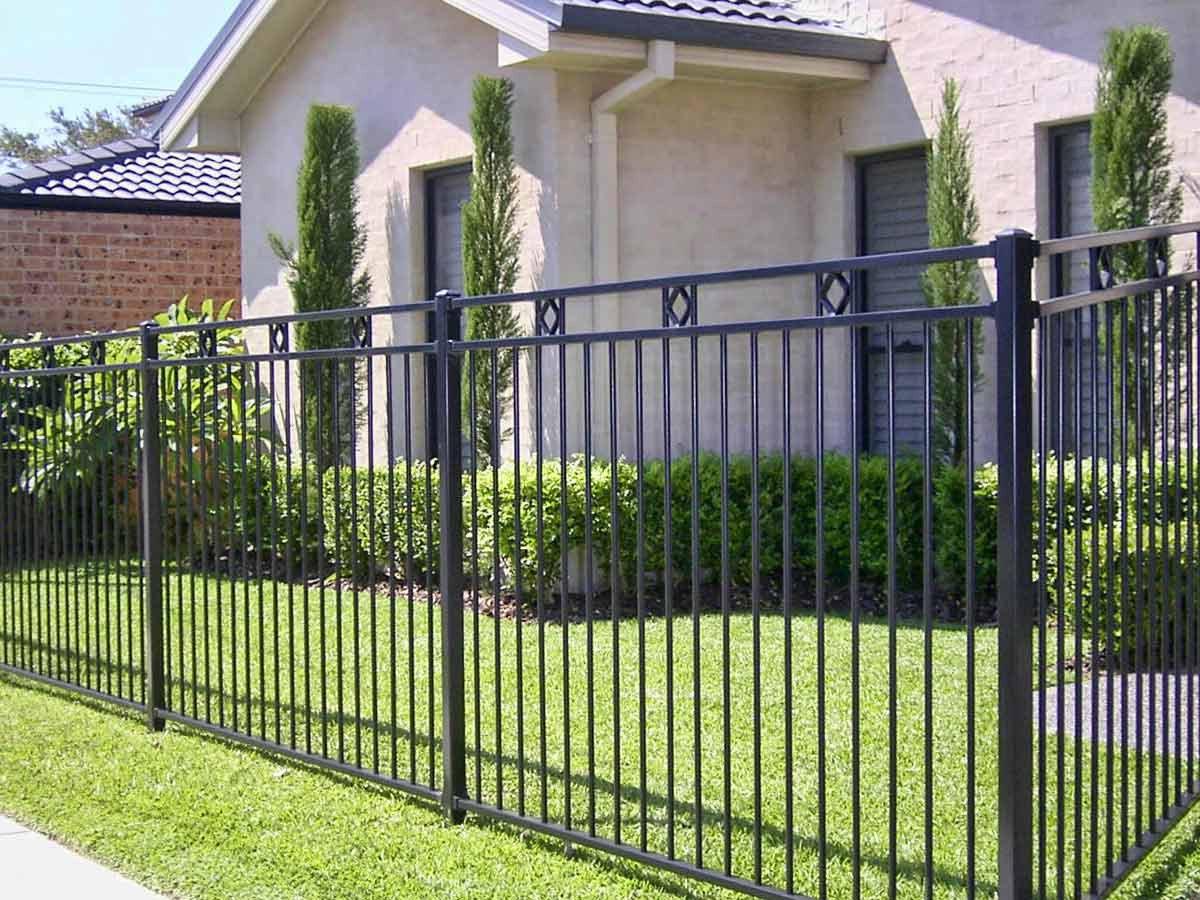 Виды заборов и ограждений для частных домов и дачных участков: фото