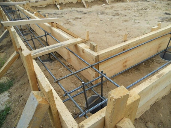 Ленточный фундамент: мелкозаглубленный и заглубленный, для жилого дома с погребом и без, характеристика, применение, устройство бетонной конструкции, стоимость