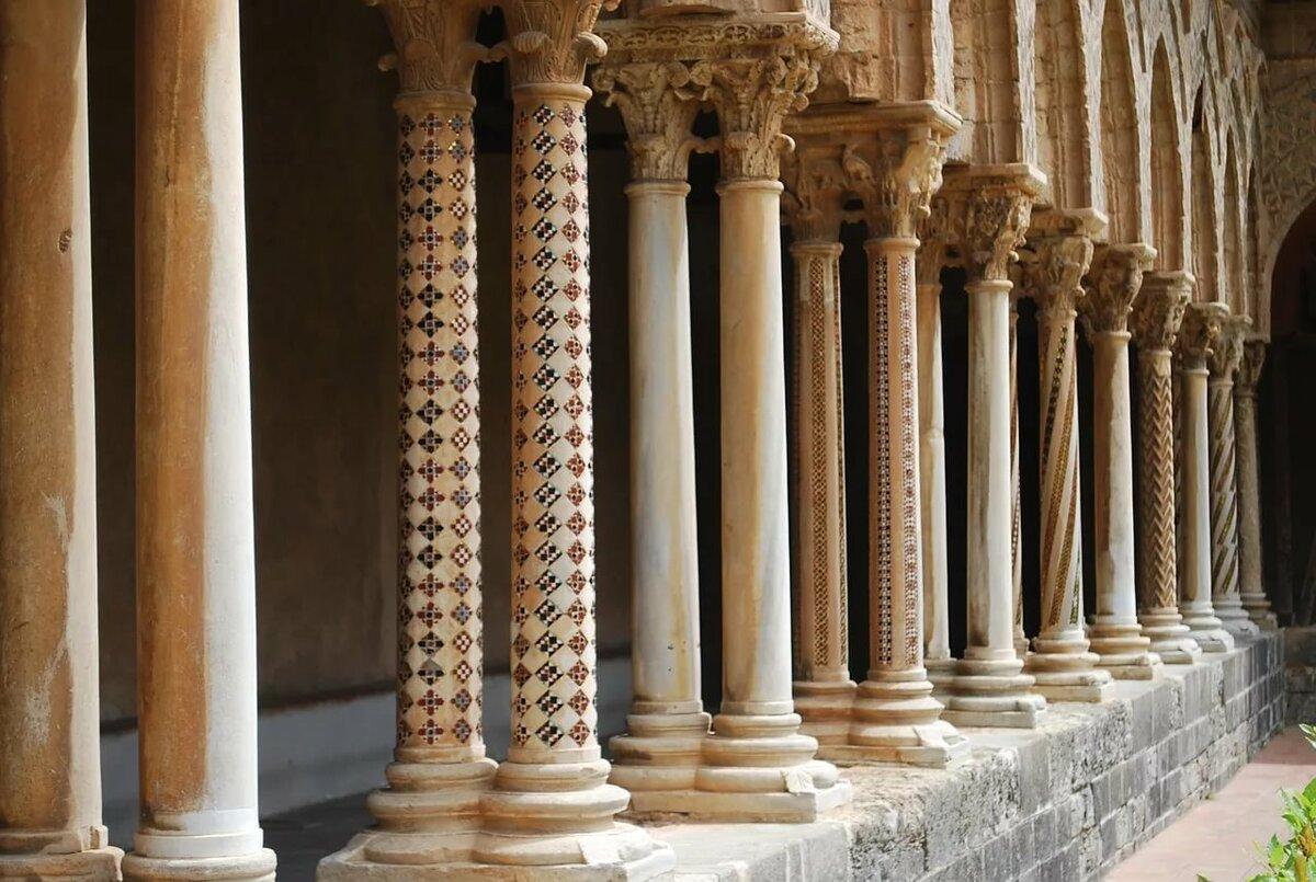 Что собой представляет колонна: определение, виды, история