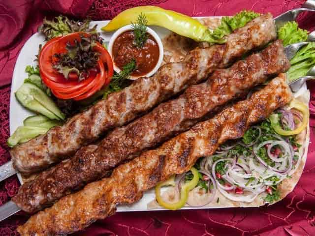 Рецепт люля кебаб на шампурах: описание блюда, как правильно сделать чтобы не падал в домашних условиях из свинины, говядины, как быстро насадить фарш, приготовить на шпажках