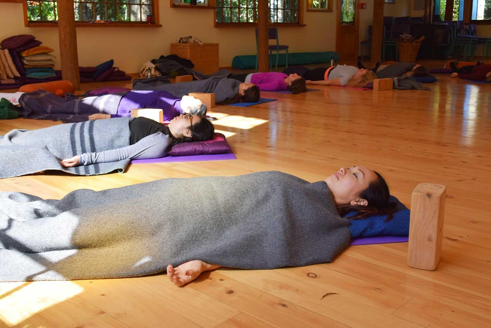 Как научиться йога-нидре: всё, что нужно знать новичку