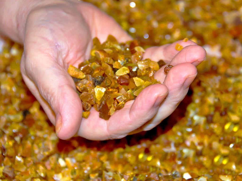 Что такое прессованный янтарь и как легко отличить его от настоящего цельного камня