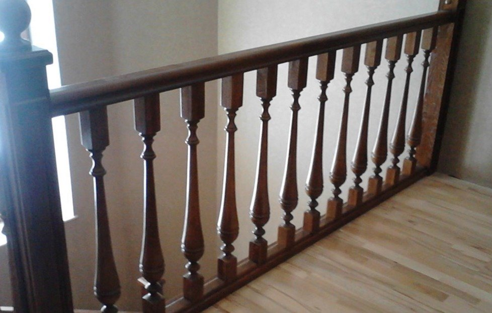 Установка балясин на лестницу: виды и особенности монтажа