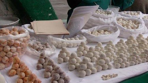 Сыр курут, как его есть. курут - непортящийся сыр кочевников.