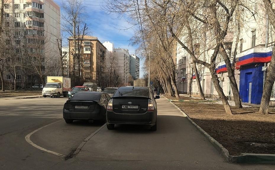 Какой из дорожных знаков обозначает пешеходную дорожку