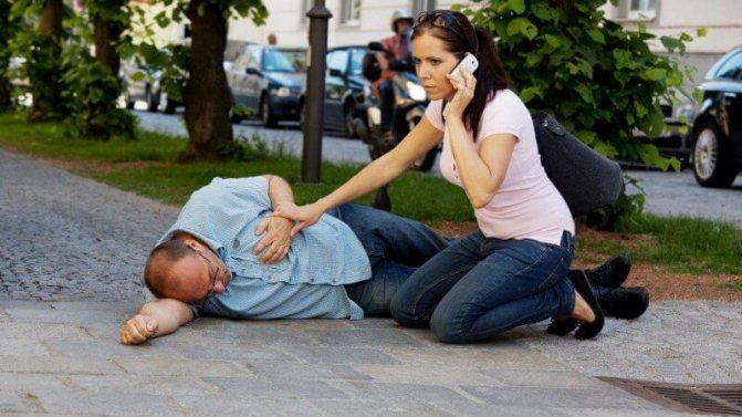 Обморок: причины, симптомы и порядок оказание первой помощи