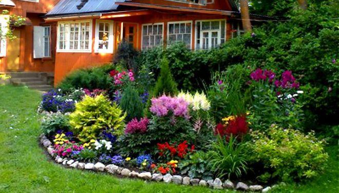 Приветливый палисадник в саду