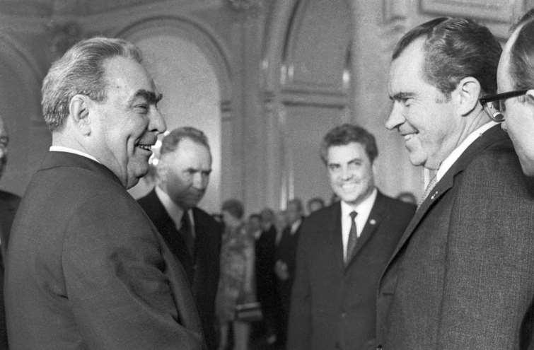 Холодная война - глобальный конфликт, причины и предпосылки, хронология и этапы, основные события, итоги и последствия, поражение ссср
