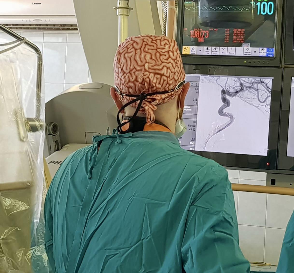 Какие симптомы имеет аневризма сосудов головного мозга и методика ее лечения